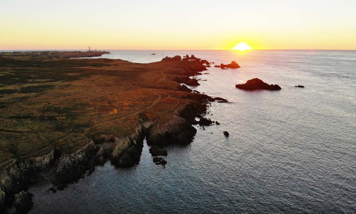 Coucher de soleil sur l'ile d'Ouessant - Phare du Créac'h - bout du monde - cote sauvage - Keranchas - Eusa découverte - transport - visite commentée - taxi - minibus de 8 places